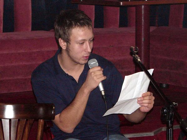 Adam czyta wiersz