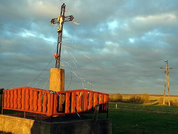 Krzyż cienie druty i niebo