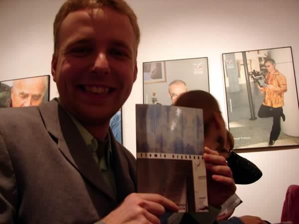 Michał Kurzawski z książką