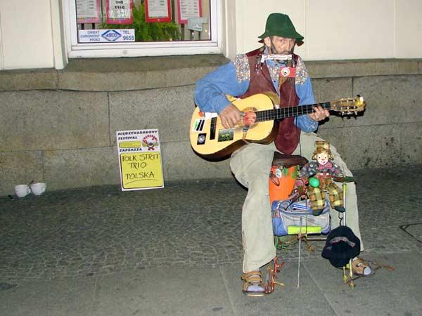 Uliczny grajek we Wrocławiu (2008)