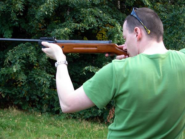 Janusz strzela z wiatrówki