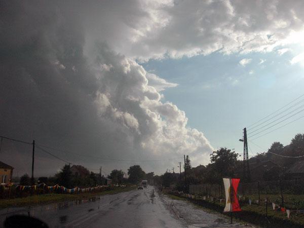 Zdjęcie - Chmury się tłoczą, niebo się dzieli