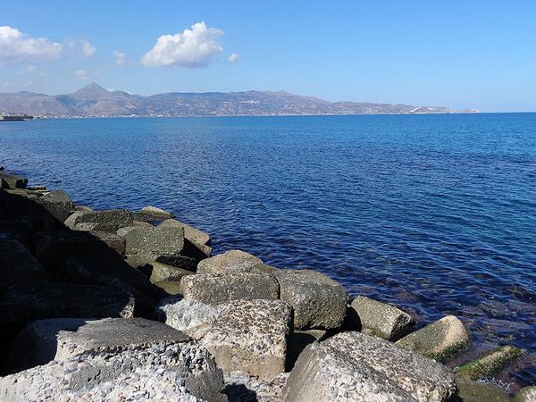 Na plaży kilka kamieni