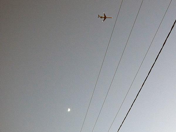 Druty, księżyc, samolot