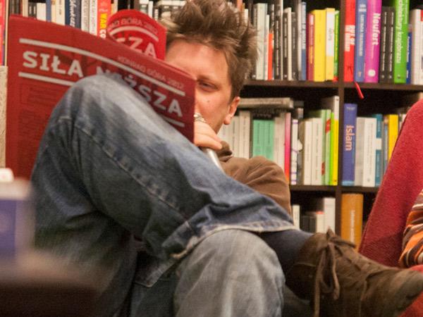 Zdjęcie - Konrad Góra czyta z siłą