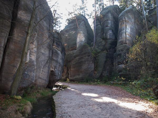Spacer pomiędzy skałami