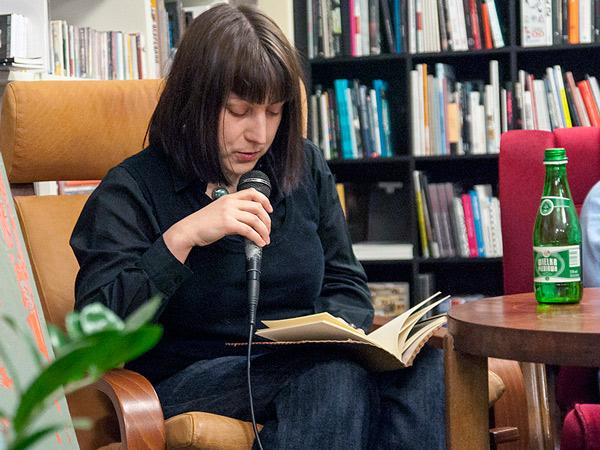 Klara czyta Niską rozdzielczość